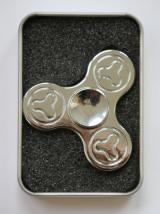 Hand Spinner Metalowy zdobiony srebrny